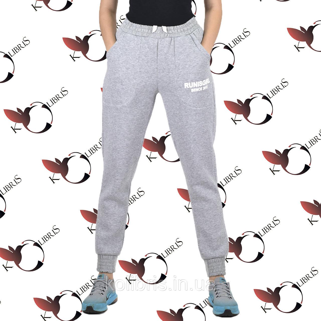 Утепленные светло-серые женские спортивные с печатью-накаткой штанишки трехнитка с начесом