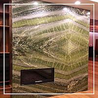 Сучасна обробка каміна каменем онікс в розкладці bookmatch: ціна, опис, фото., фото 1