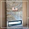 Камін в інтер'єрі вітальні в сучасному стилі.