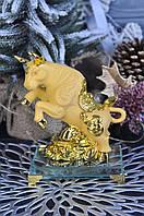 """Статуэтка """"Золотой бык"""" на стеклянной подставке, 15 см"""