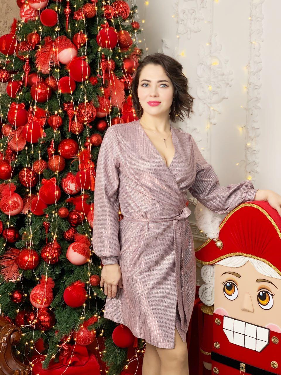 Стильное нарядное платье на запах, пудра М333