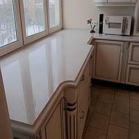 Кутова мармурова стільниця, поєднана з підвіконням для кухні: ціна, опис, купити., фото 1