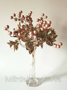 Искусственные ягоды. Ветка пудровой ягоды с золотыми листьями.