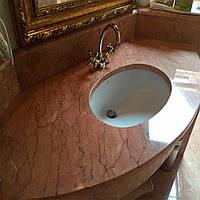Розовая мраморная столешница в классическом интерьере ванной комнаты: фото, описание, цена.