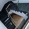 Облицювання сходів чорним гранітом.