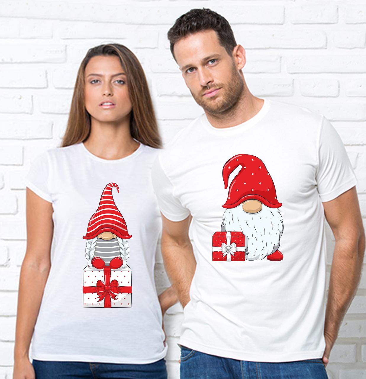 """Парні Новорічні футболки з принтом """"Гном з подарунком"""""""