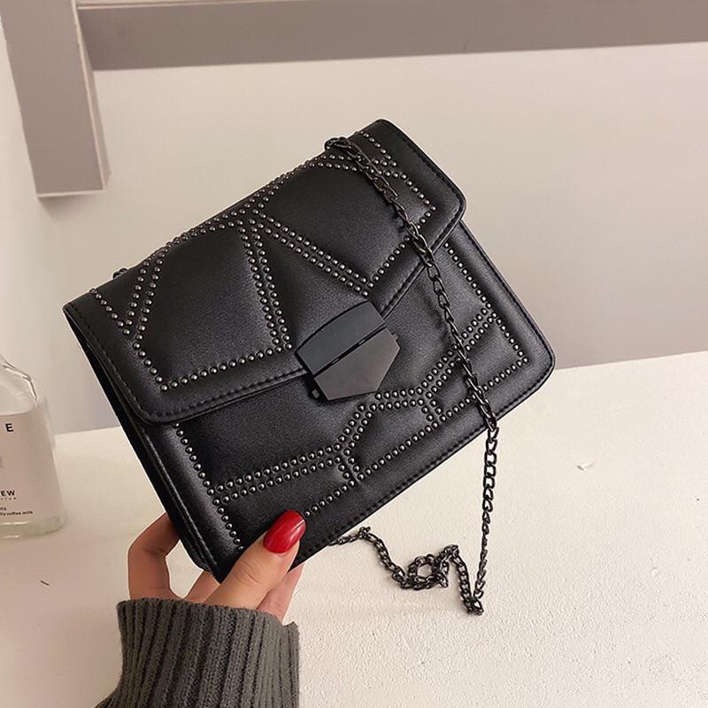 Женская классическая сумочка кросс-боди на цепочке с заклепками черная