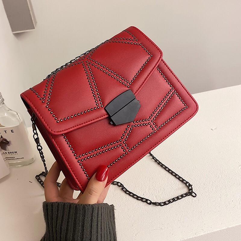 Женская классическая сумочка кросс-боди на цепочке с заклепками красная