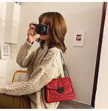 Женская классическая сумочка кросс-боди на цепочке с заклепками красная, фото 2