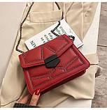 Женская классическая сумочка кросс-боди на цепочке с заклепками красная, фото 5