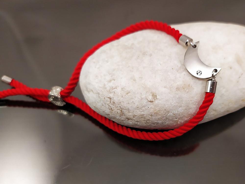 Браслет Луна - символ изобилия и обновления на красном шнурке, платина