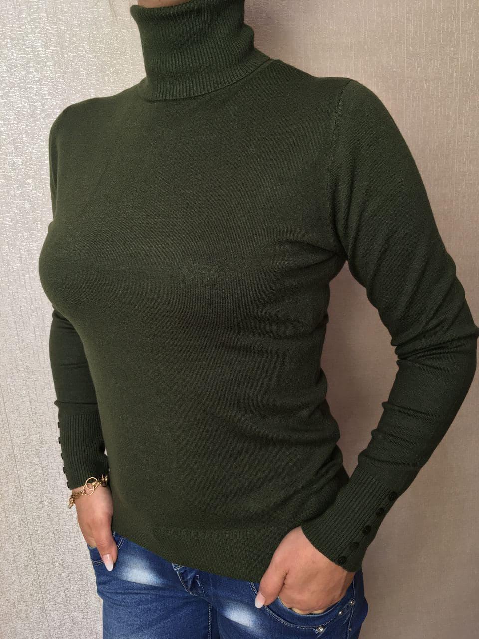 Водолазка женская зеленая с пуговицами на рукавах