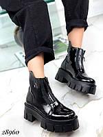 Женские демисезонные ботинки лаковые натуральная кожа на тракторной подошве в стиле Dr.Martens черные