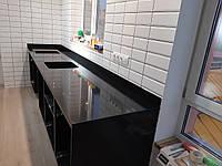 Темная прямая столешница на кухню из искусственного камня