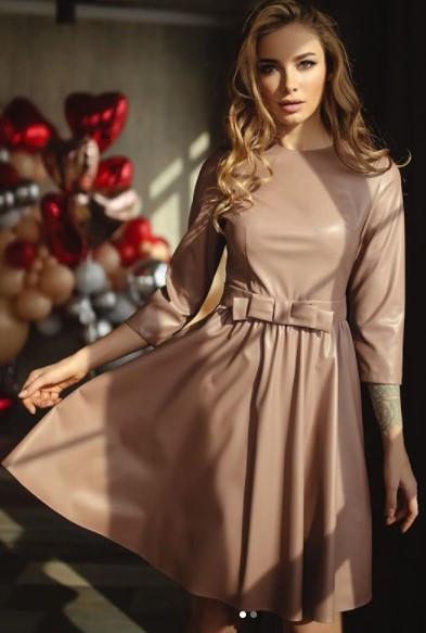 Бежевое платье экокожа миди