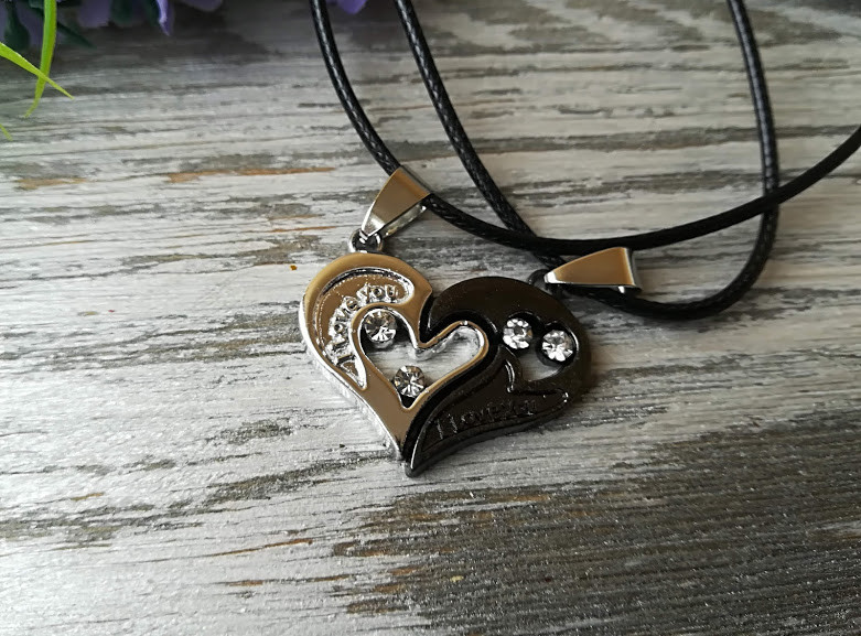 Кулон Две половинки сердца для влюбленных серебристо-черный