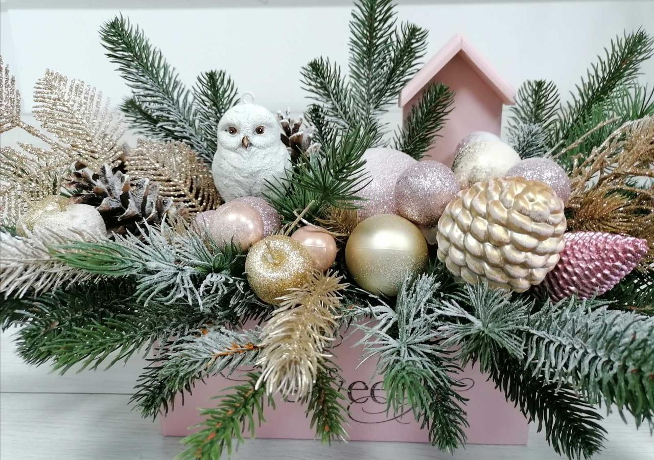 Новогодняя композиция в деревянном ящике с пудровым домиком