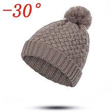 Теплая вязаная женская зимняя шапка крупной вязки с меховой подкладкой и помпоном цвет - капучино