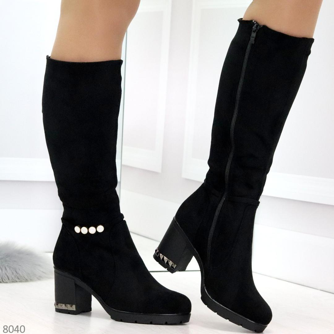 Элегантные высокие черные замшевые женские сапоги с декором на удобном каблуке