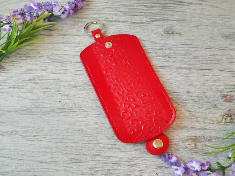 Кожаная ключница красная женская карманная для ключей с тиснением восточные узоры глянцевая кожа