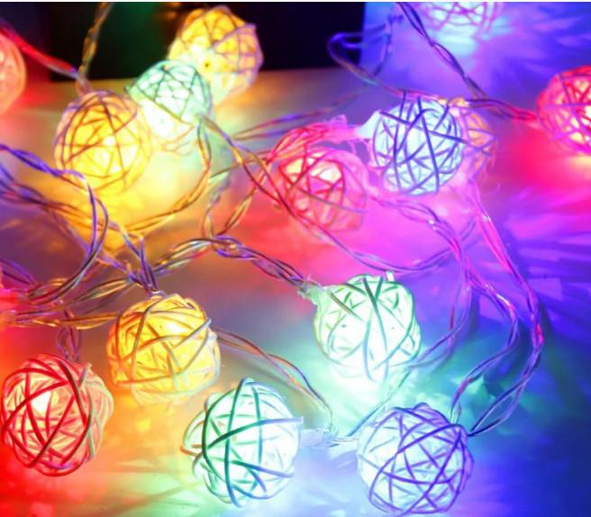 Электрическая гирлянда Шарики из ротанки цветные (розовый + белый + желтый) 50 мм 12 LED, 4 м, теплый белый
