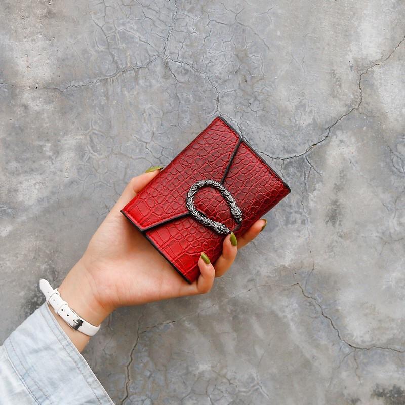 Жіночий класичний гаманець рептилія з підковою червоний 11х9 см