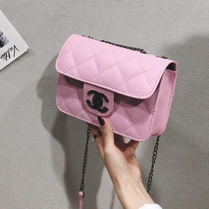 Женская классическая сумочка кросс-боди на цепочке розовая