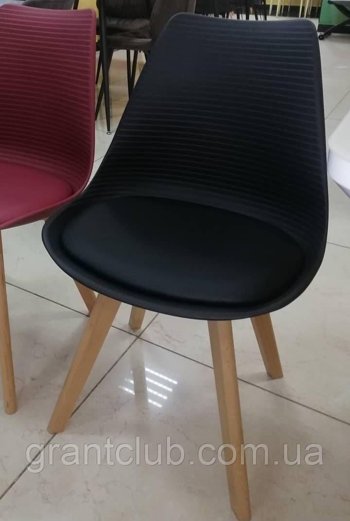 Пластиковий стілець P-01 чорний на букових ніжках Vetro Mebel