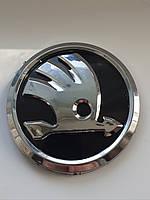 Шкода логотип с направляющими нового образца на авто Skoda логотип наклейка черный хром 90мм и 80 мм