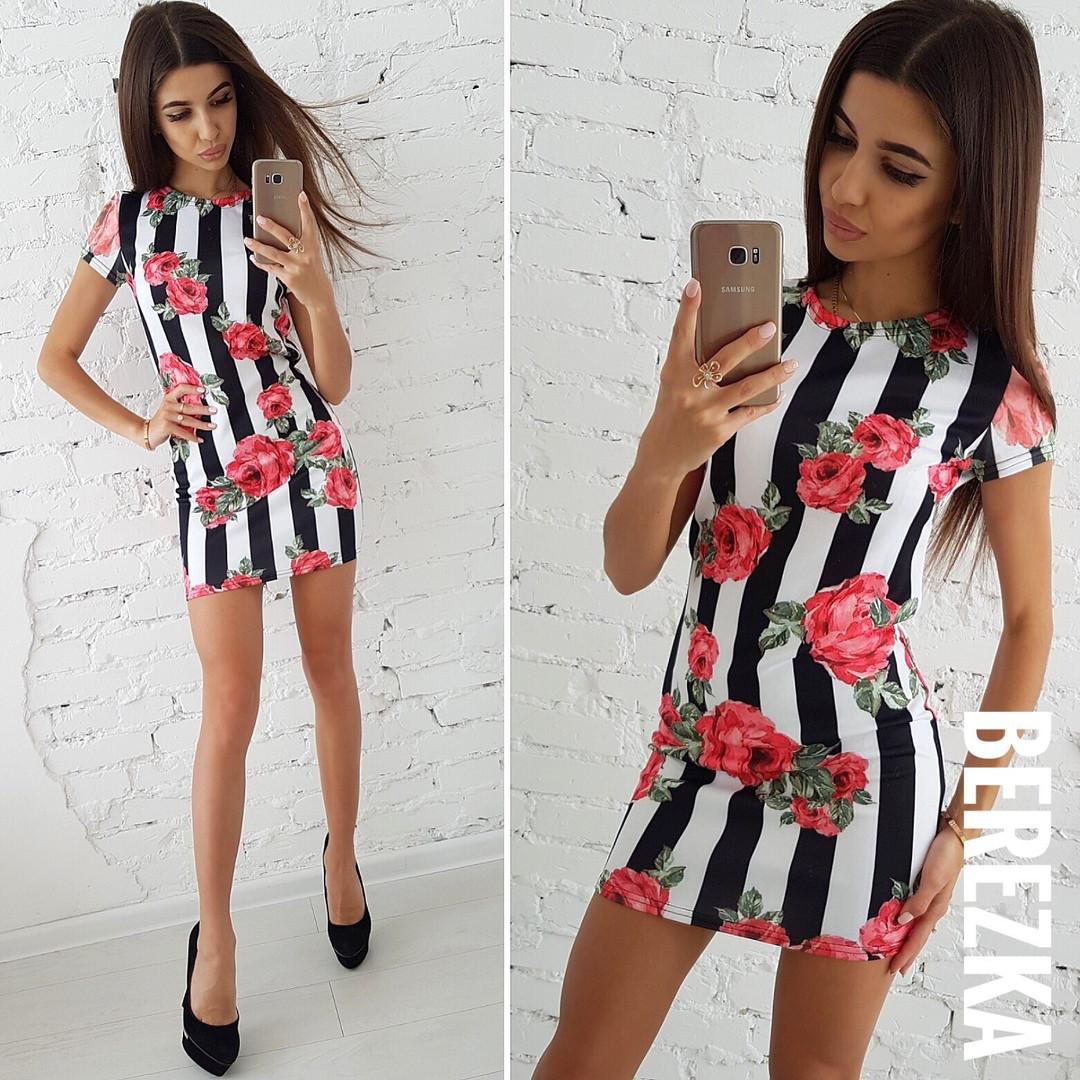 Короткое летнее платье с модным принтом