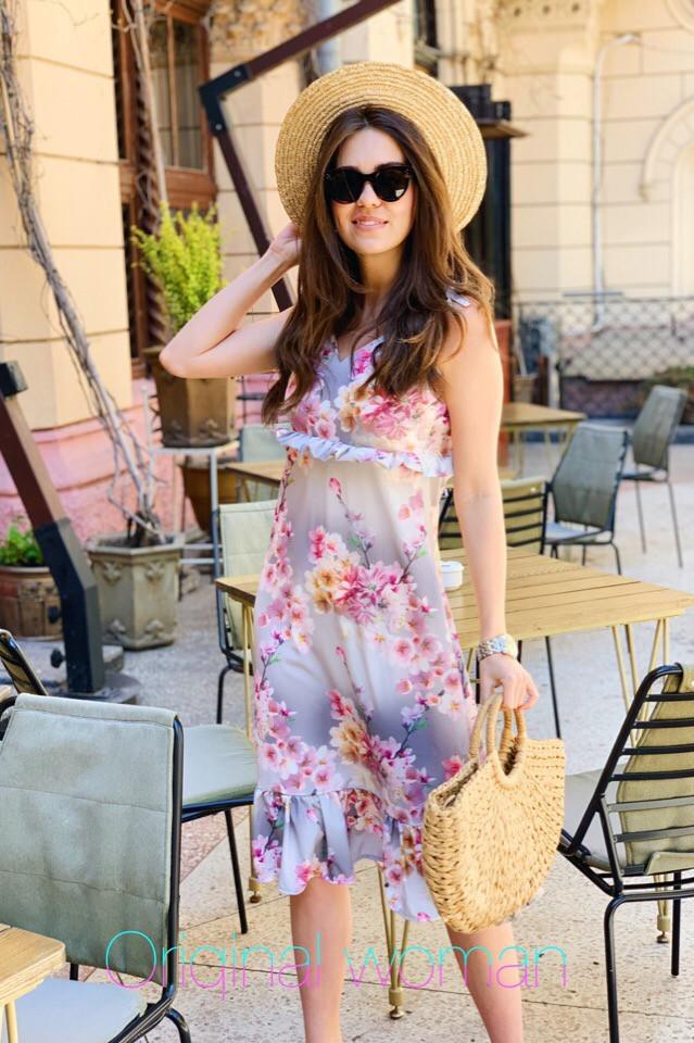 Легкое платье сарафан ниже колена из софта с принтами