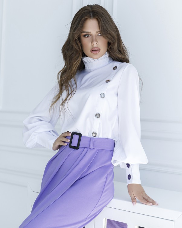 Белая блуза с вставкой и рюшами