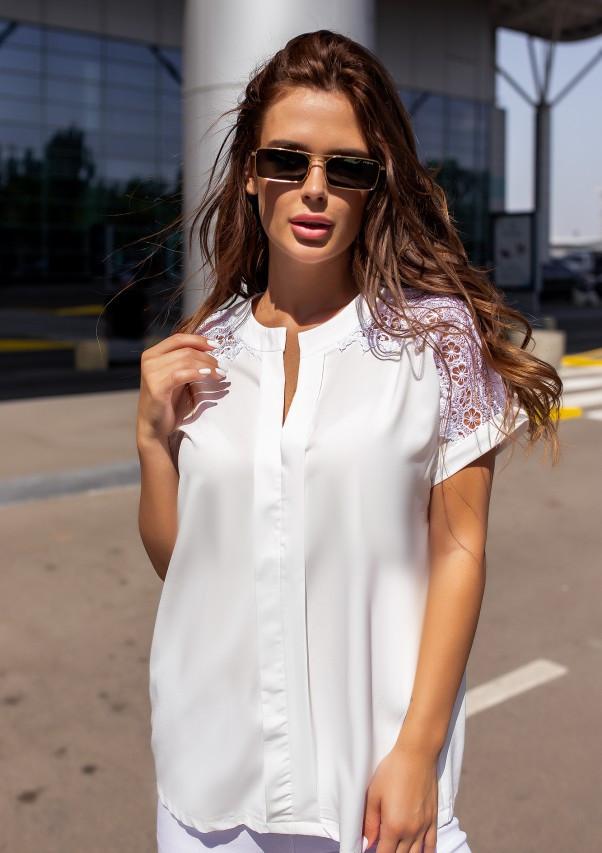Белая свободная блуза с кружевом