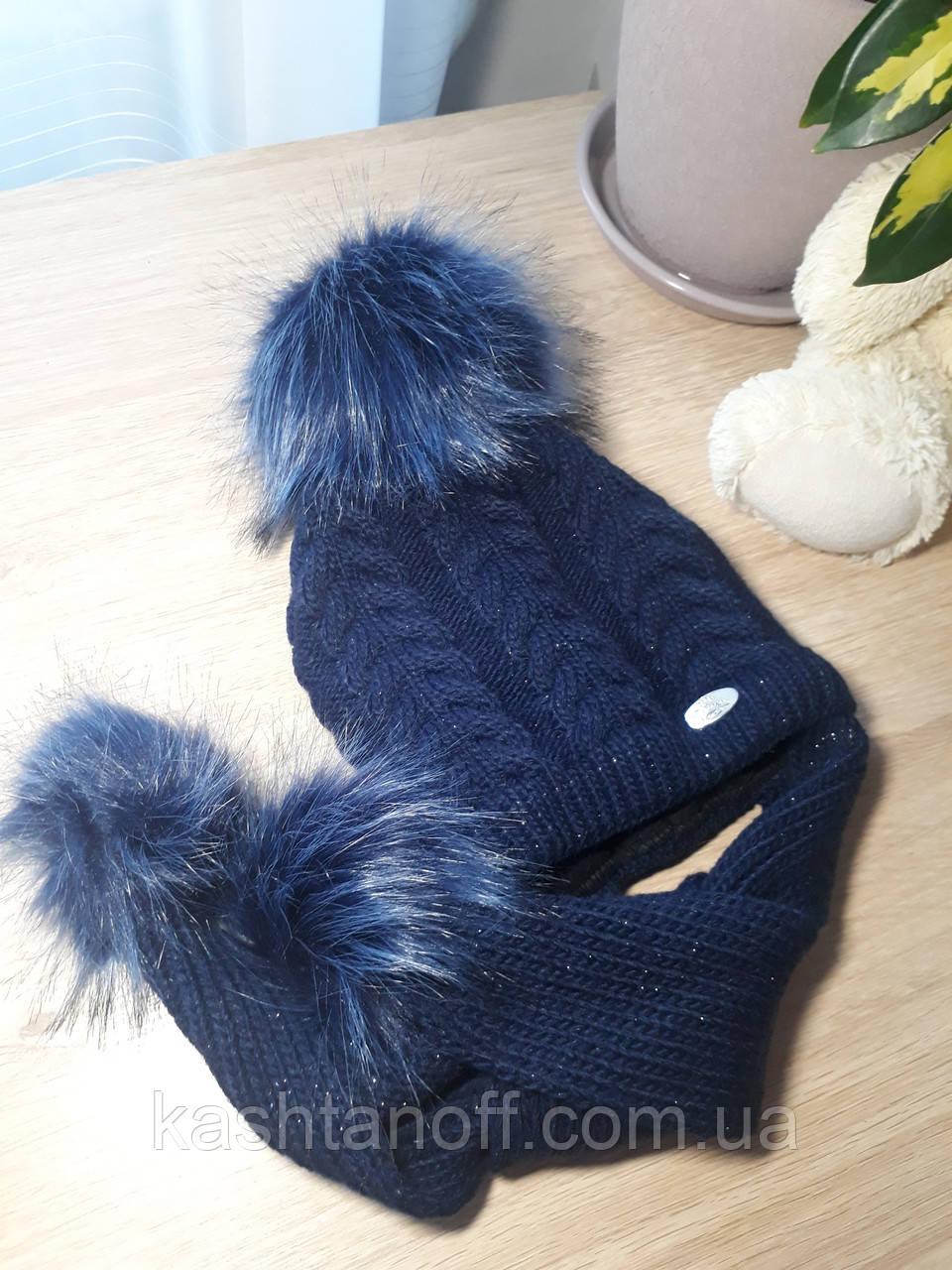 Шапка синего цвета с помпоном и шарфом