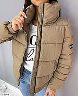 Женская модная короткая куртка пуховик с высоким воротником и нашивками