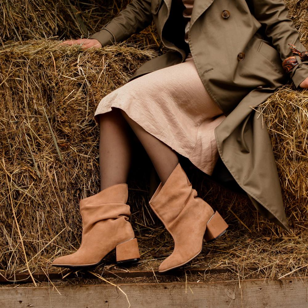 Ботинки со свободным голенищем-гармошкой, каблук 6см, цвет золотистый беж