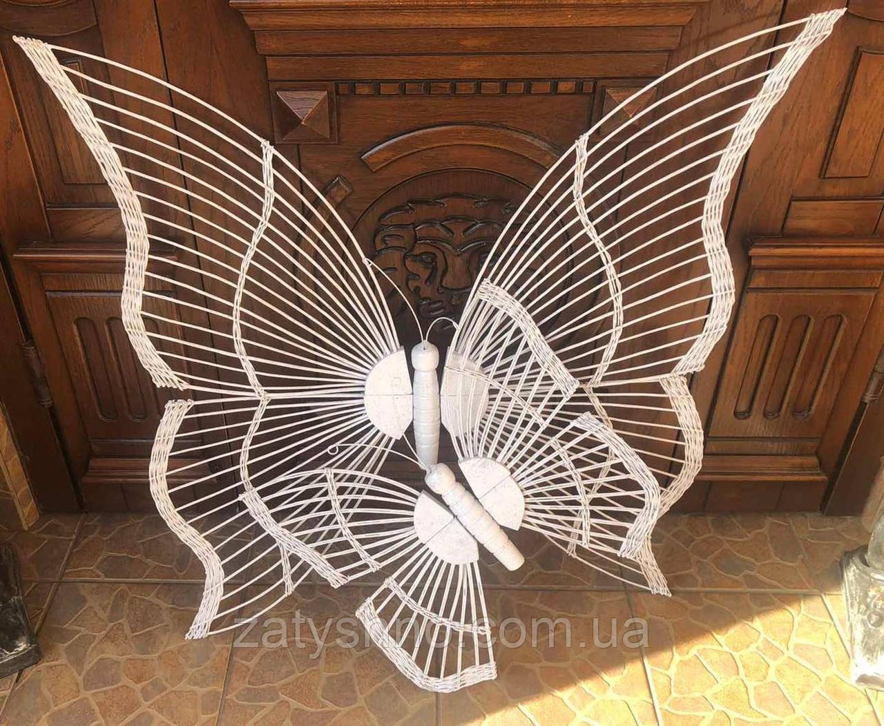 Бабочки плетеные из лозы белая