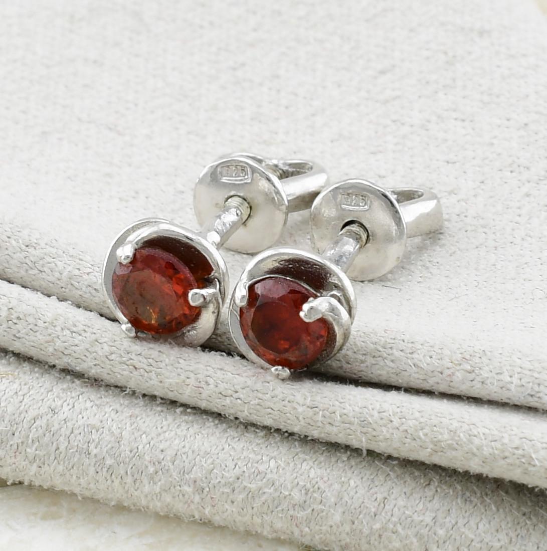 Серебряные серьги гвоздики Розочка размер 6х6 мм красные фианиты вес 1.33 г