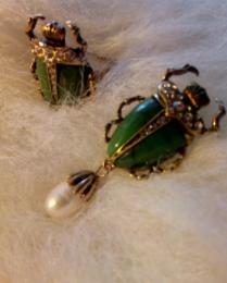 Брошь брошка значок металлический зеленый жук скарабей с жемчужиной