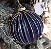 Елочный шар с рельефом и декором из глиттера, 10см, цвет - тёмно-синий антик