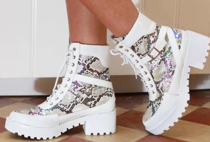 Женские ботинки на плоской подошве под кожу питона