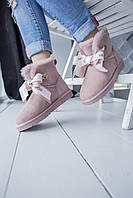 Комфортная обувь утепленная мехом для девушек UGG с бантиком спереди. Женские зимние УГГИ пудрового цвета.