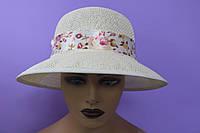 Шляпа женская белая украшена лентой с принтом цветы р. 54