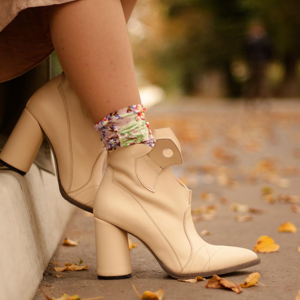 Ботинки-казаки на каблуке 8см, цвет молочный