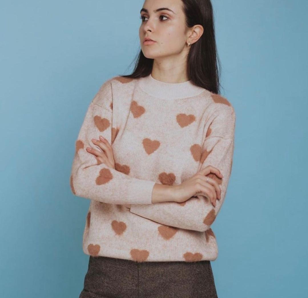 Женский кашемировый свитер бежевый в сердечки