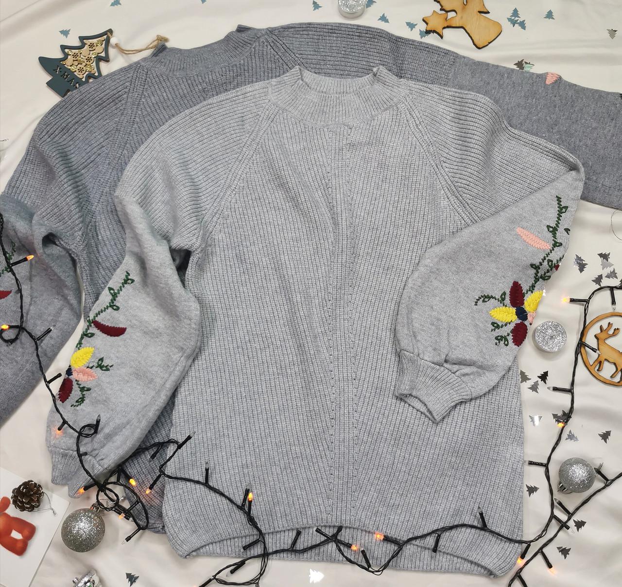 Теплый вязаный женский свитер серый с вышивкой