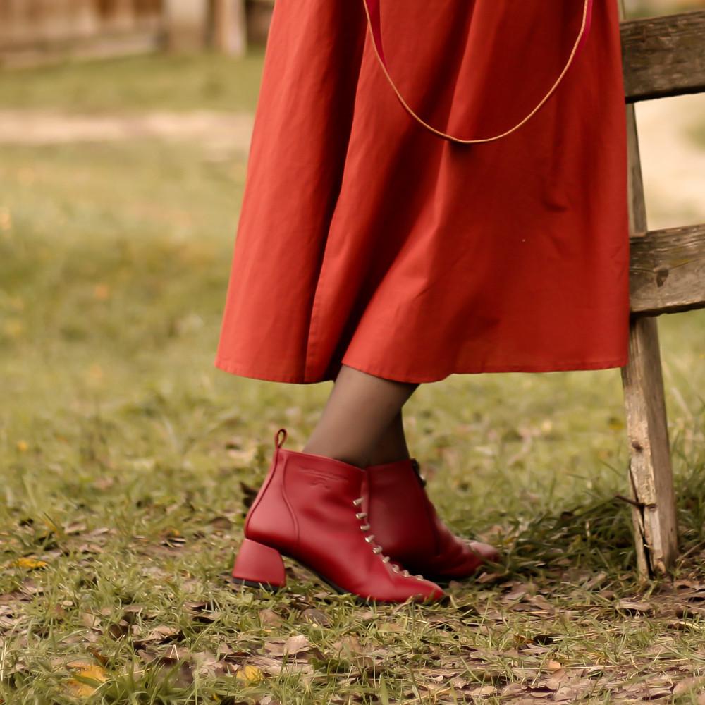 Ботинки с фальш-шнуровкой, каблук 4,5см, цвет красная груша, в наличии размер 38