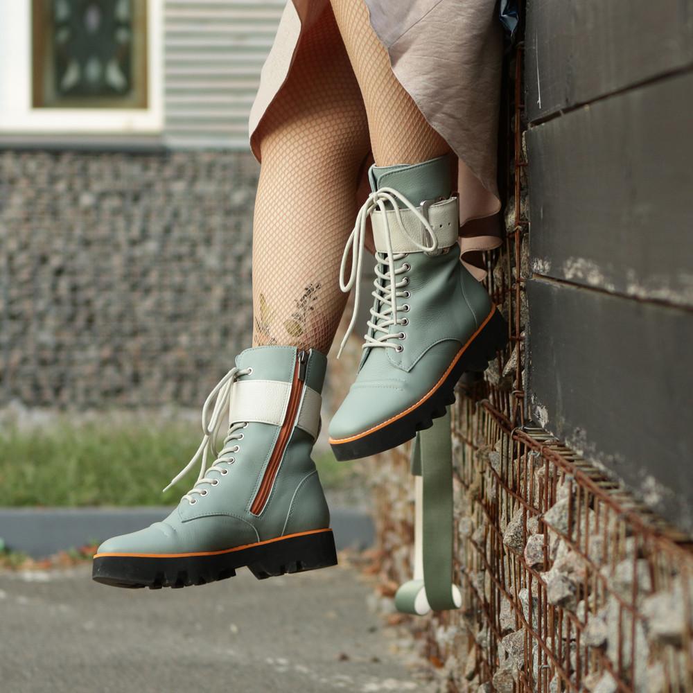 Ботинки на толстой подошве и ремешком по голени, цвет полынь