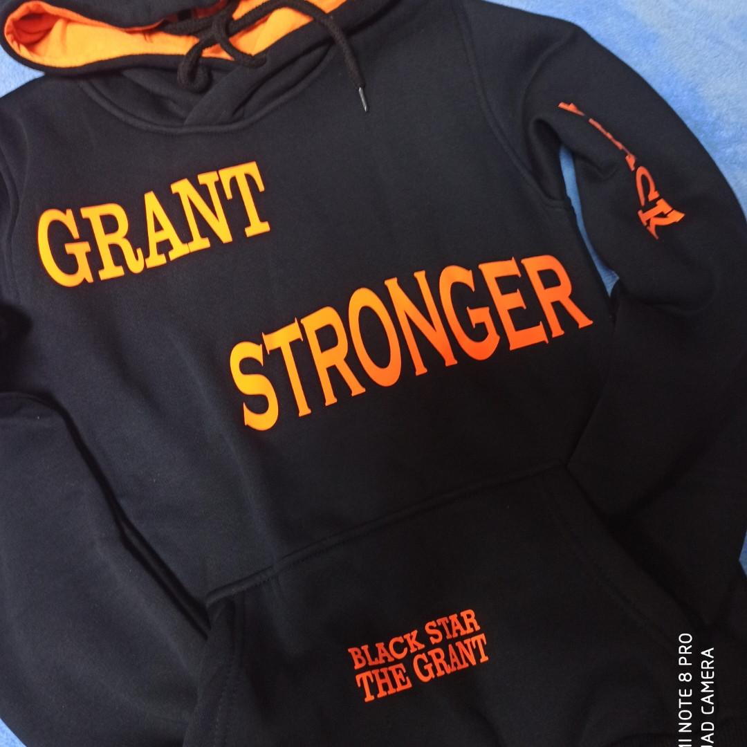 Модная теплая красивая толстовка для мальчика черного цвета с яркими оранжевыми надписями.
