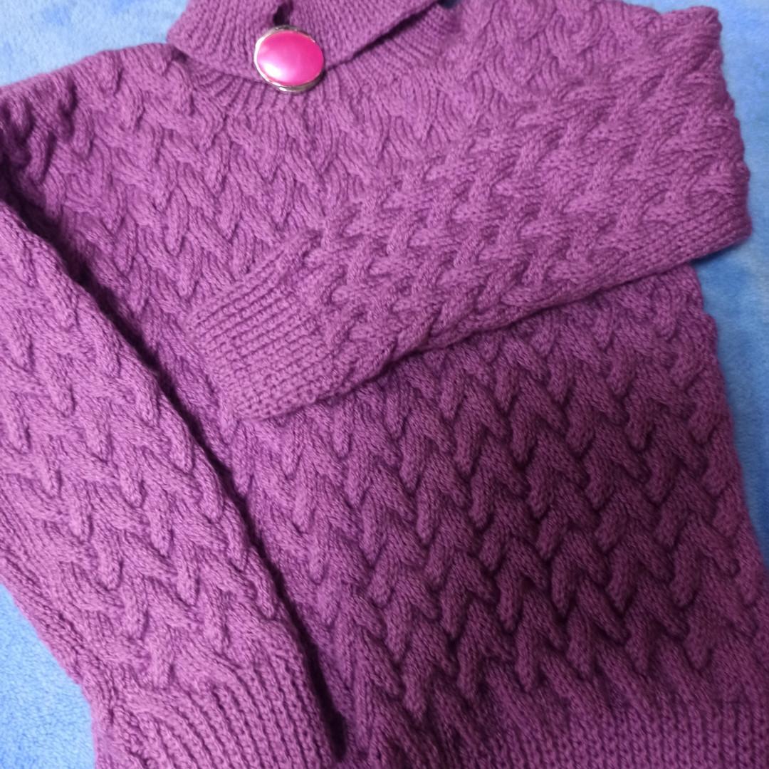 Модный красивый теплый вязаный свитер сиреневого цвета для девочки.
